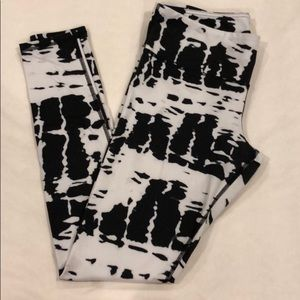 Alo Yoga Black and White Abstract Medium Leggings